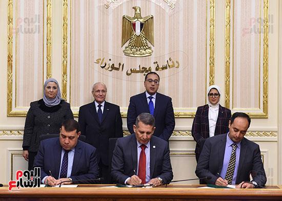 رئيس الوزراء يشهد توقيع الاتفاقية (2)