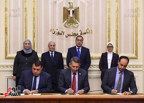 رئيس الوزراء يشهد توقيع الاتفاقية (1)