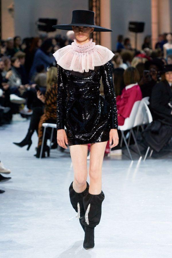 فستان أسود قصير بأكمام طويلة