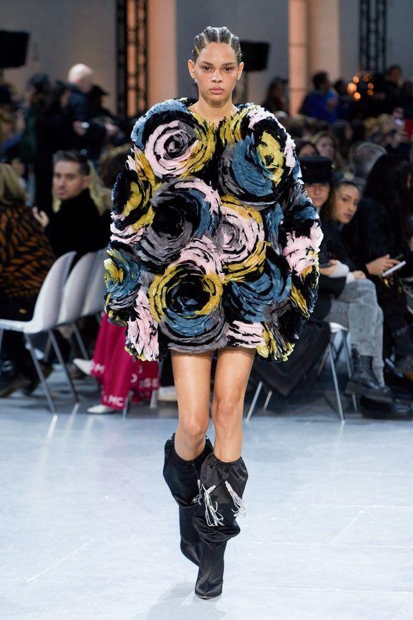 فستان قيصير مزين بالورود المنفوخة