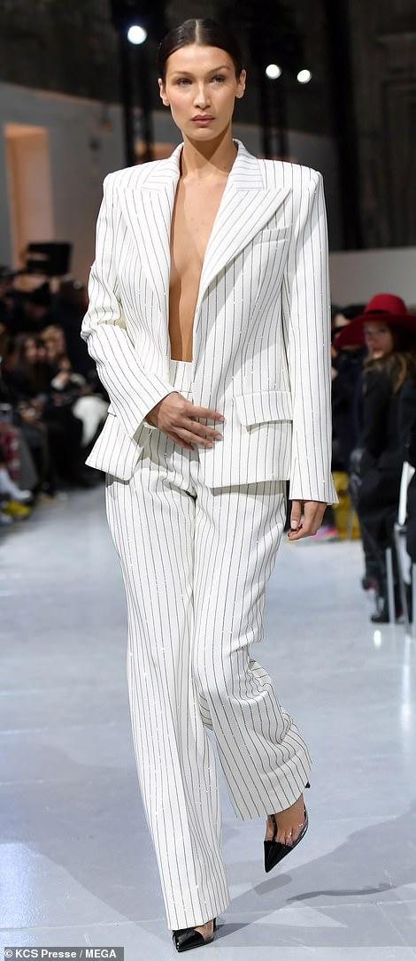 بيلا حديد ترتدى بدلة بيضاء