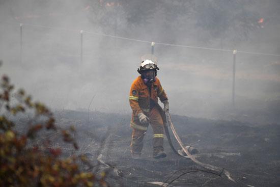 رجل-إطفاء-يحالو-السيطرة-على-الحرائق
