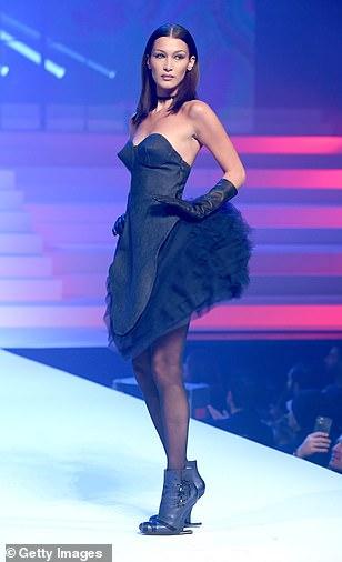 بيلا حديد بفستان أسود وحذاء بدون كعب