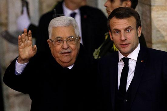 الرئيس عباس يحيى وسائل الاعلام لدى استقبالة الرئيس ماكرون