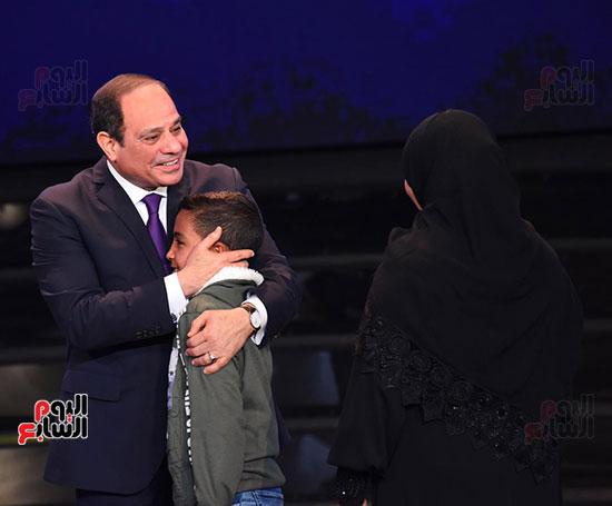 الرئيس يضم ابن شهيد لصدره