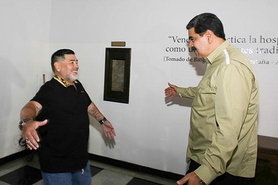 الرئيس مادورو يستقبل اسطورة كرة القدم مارادونا