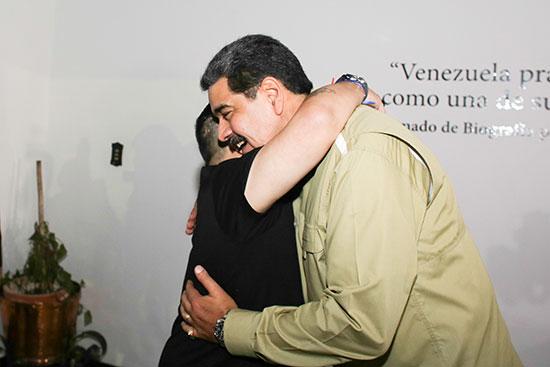 رئيس فنزويلا نيكولاس مادورو  يحيي لاعب كرة القدم السابق دييجو مارادونا في كاراكاس