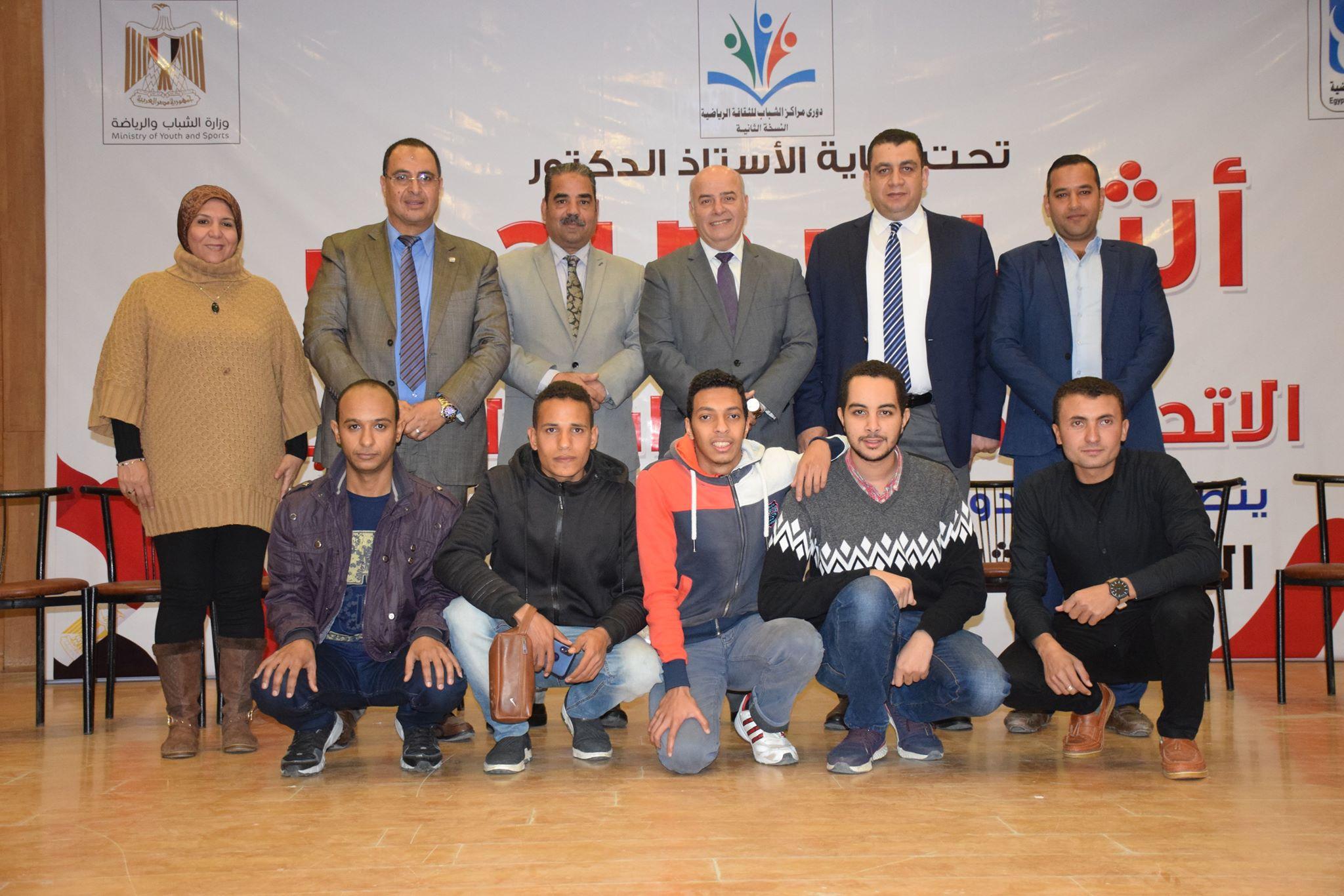 المسئولين مع مركز الشباب الفائز