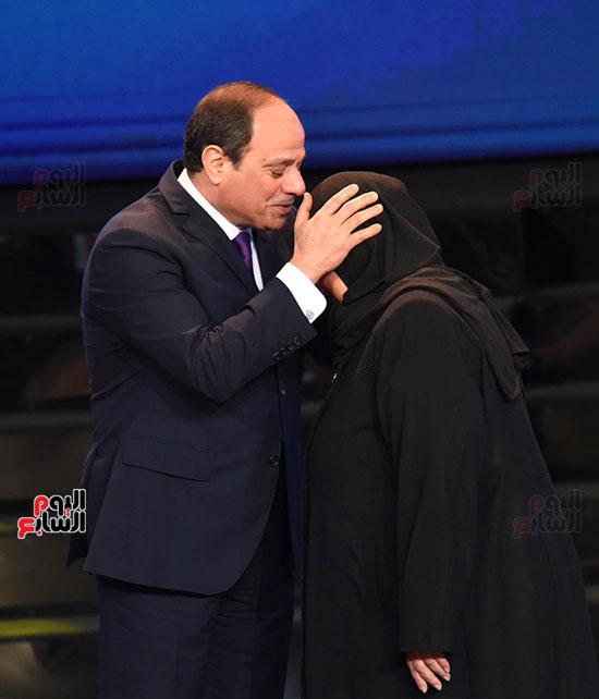 الرئيس يقبل راس والدة شهيد