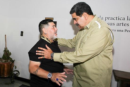 الرئيس نيكولاس مادورو ولاعب كرة القدم السابق مارادونا