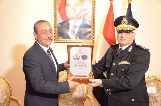 3--مدير-الأمن-يقدمهدية-تذكارية-للمحافظ
