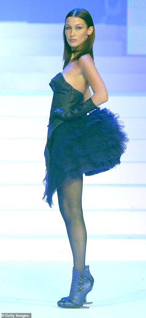فستان بيلا حديد من جولتيير وحذاء بدون كعب