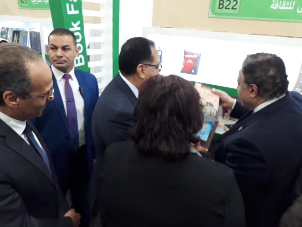 الدكتور هشام عزمى يستعرض الإصدارات لرئيس الوزراء ووزيرة الثقافة