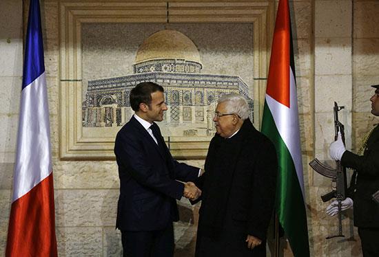 الرئيس الفلسطيني محمود عباس يستقبل الرئيس الفرنسي إيمانويل ماكرون في مقره في رام الله