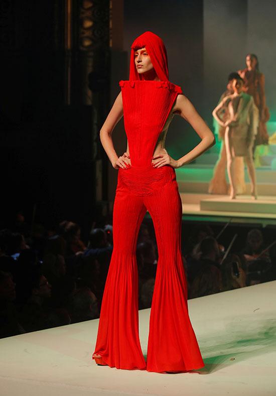 المصمم جان بول جوتييه يحمل آخر عرض للأزياء في باريس