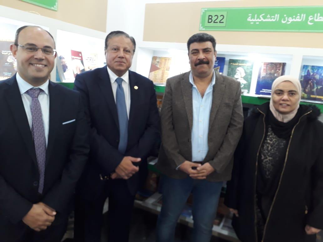 الدكتور هشام عزمى  والقائمين على جناح المجلس الأعلى للثقافة (1)