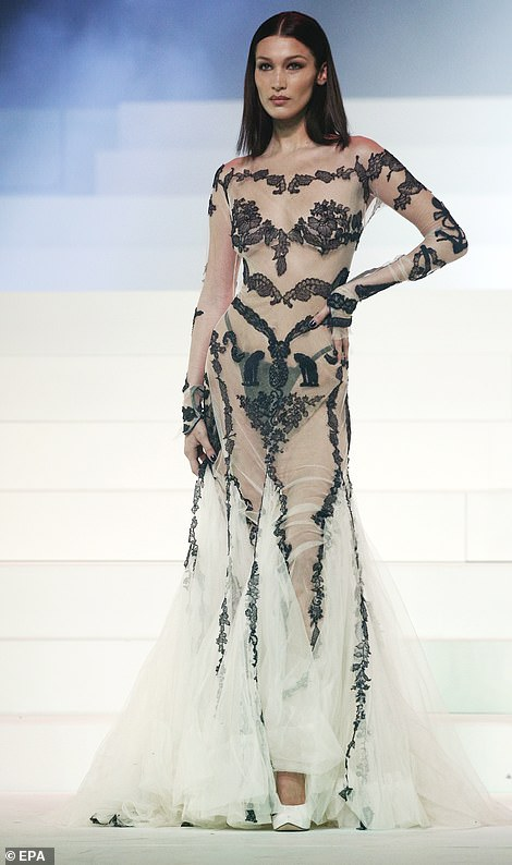 بيلا حديد فى عرض أزياء جولتيير بفستان من الدانتيل