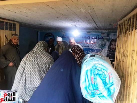 مستقبل وطن يدفع بكراتين غذائية في محافظة الفيوم (1)