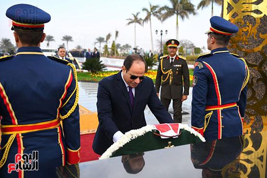 الرئيس يضع إكليل من الزهور على النصب التذكاري