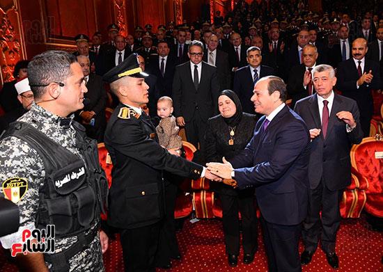 الرئيس يصافح ابن الشهيد وائل طاحون