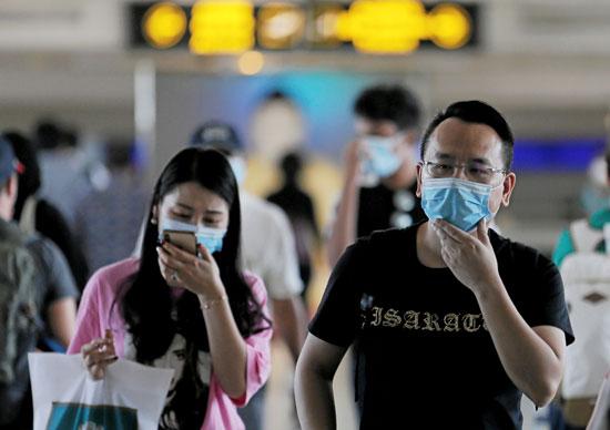 مسافرون يرتدون الكمامات فى تايلاند