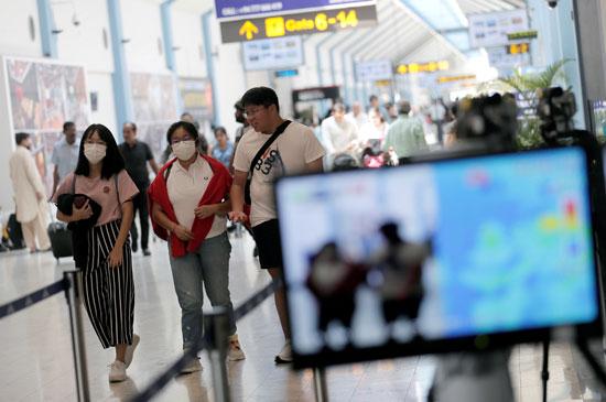 فحص درجات حرارة المسافرين بسريلانكا