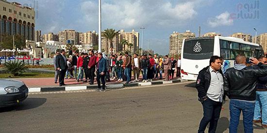 بدء توافد العائلات المصرية على الاستاد (4)