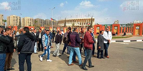بدء توافد العائلات المصرية على الاستاد (5)
