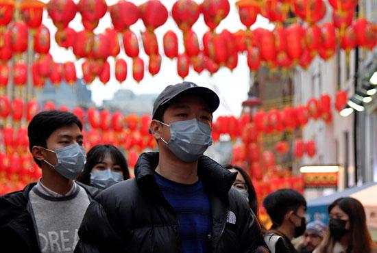 مواطنون صينيون يرتدون الكمامات فى المدينة الصينية بلندن