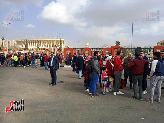 بدء توافد العائلات المصرية على الاستاد (2)