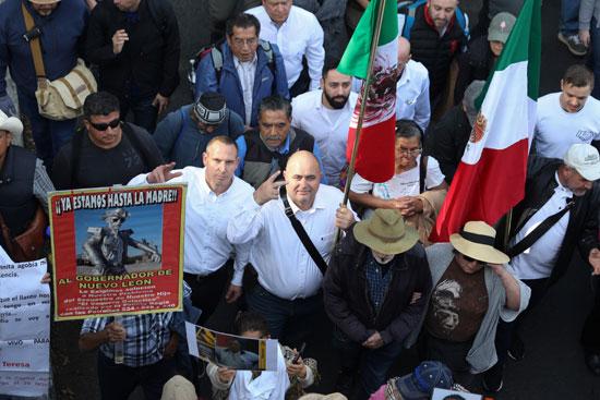 المتظاهرون يحملون أعلام المكسيك