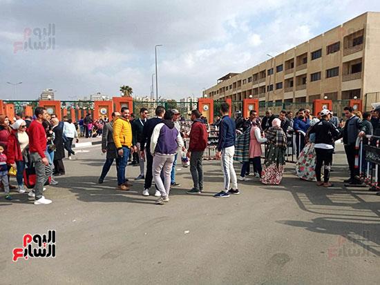 بدء توافد العائلات المصرية على الاستاد (1)