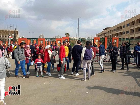 بدء توافد العائلات المصرية على الاستاد (3)