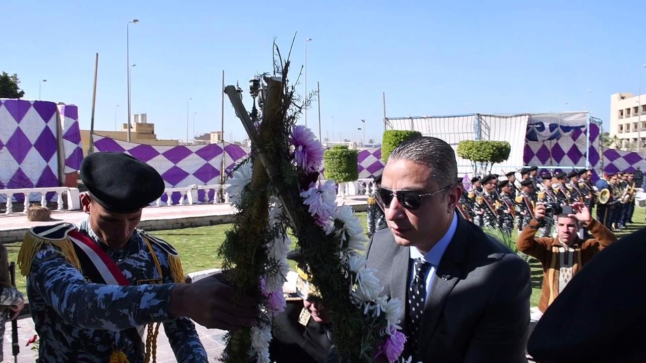 محافظ الفيوم يضع أكاليل الزهور على النصب التذكارى لشهداء الشرط (6)