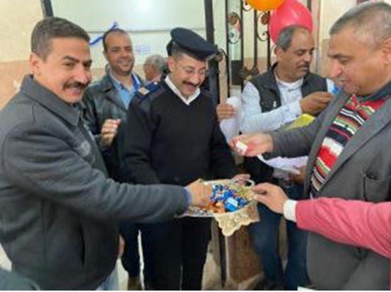 توزيع حلوى على المواطنين