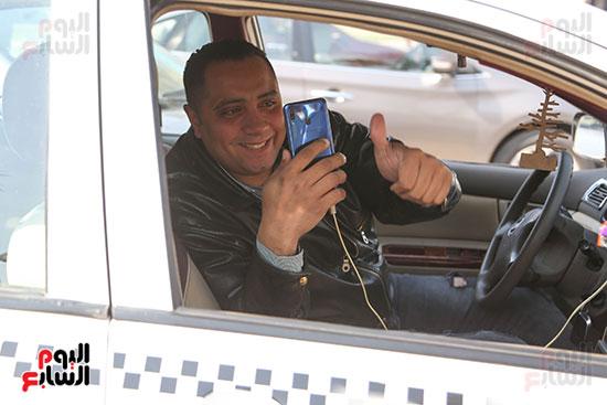 مواطن يسجل لحظات الاحتفال بعيد الشرطة