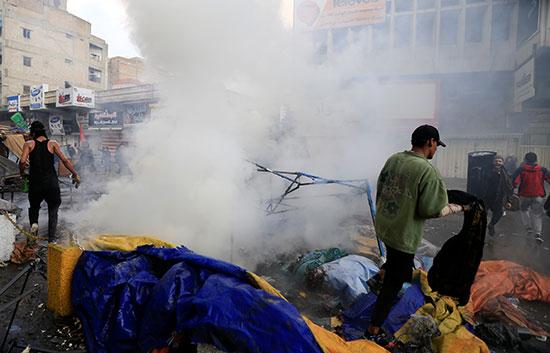 الدخان يتصاعد من الخيام المحترقة