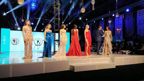 عارضات-الأزياء-أثناء-تقديم-عروضهن