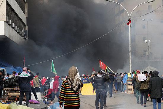 تصاعد الدخان جراء إشعال النيران فى خيم المحتجين فى بغداد