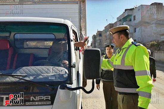 رجال الشرطة يوزعون ورود وحلوى على المواطنين وقائدى السيارات بشوارع الشرقية (8)