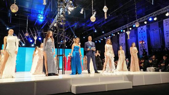 عارضات-الأزياء-أثناء-تقديم-عروضهن-أمام-الجمهور
