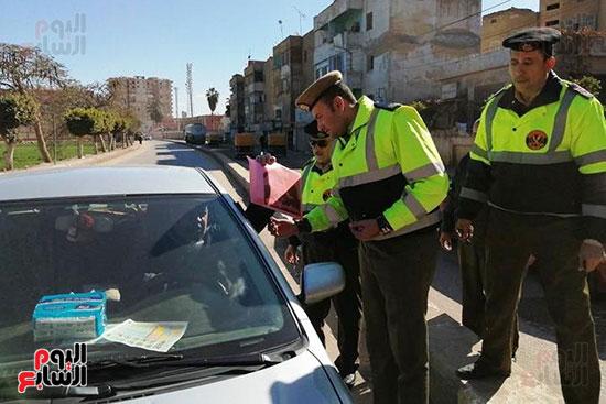 رجال الشرطة يوزعون ورود وحلوى على المواطنين وقائدى السيارات بشوارع الشرقية (11)