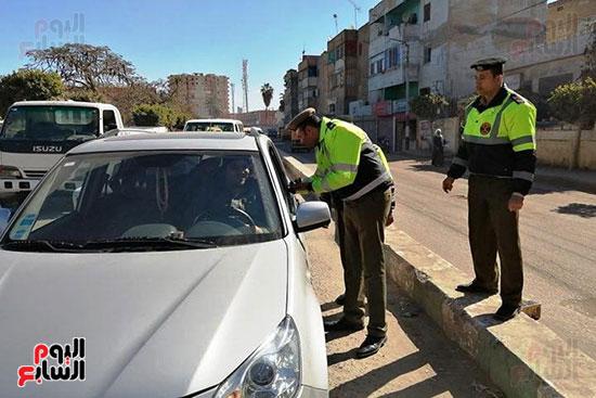 رجال الشرطة يوزعون ورود وحلوى على المواطنين وقائدى السيارات بشوارع الشرقية (7)