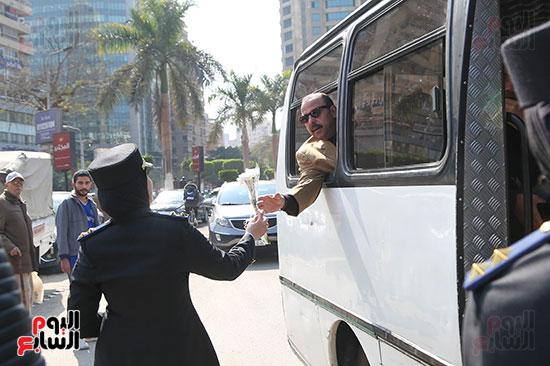 ضابطة توزع الورود على مستقلى السيارات