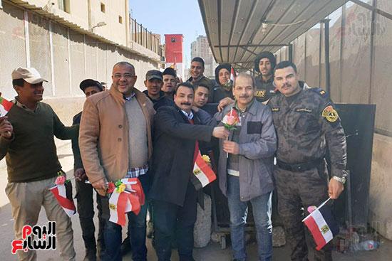 رجال الشرطة يوزعون ورود وحلوى على المواطنين وقائدى السيارات بشوارع الشرقية (4)