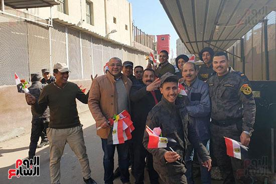 رجال الشرطة يوزعون ورود وحلوى على المواطنين وقائدى السيارات بشوارع الشرقية (3)