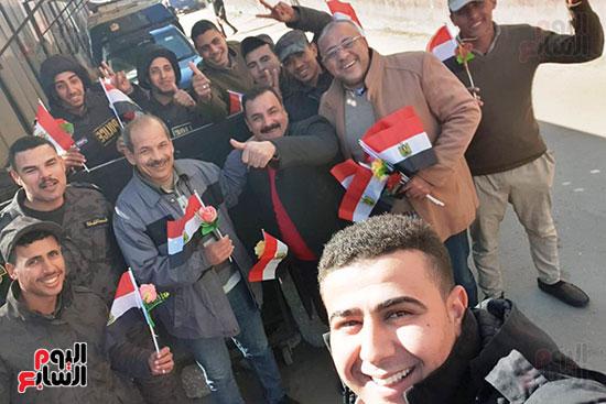 رجال الشرطة يوزعون ورود وحلوى على المواطنين وقائدى السيارات بشوارع الشرقية (2)