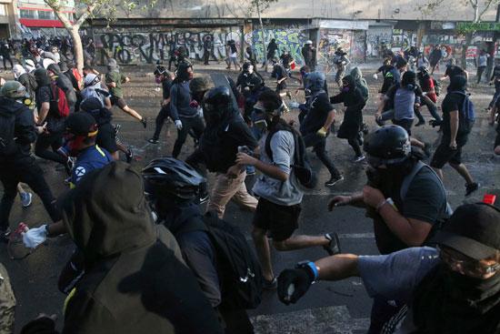 المتظاهرون يفرون من قوات الامن