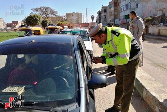 رجال الشرطة يوزعون ورود وحلوى على المواطنين وقائدى السيارات بشوارع الشرقية (10)