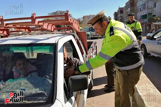 رجال الشرطة يوزعون ورود وحلوى على المواطنين وقائدى السيارات بشوارع الشرقية (5)